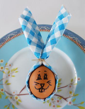 Mooie decoratie voor het Paasontbijt, supersimpel, met een servet. #DIY #knutselen #Pasen #Easter #Egg table decoration