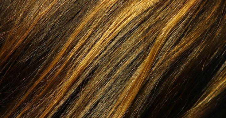 Cómo envolver mi cabello en papel aluminio en casa. Si estás cansada de no ir a tu noche de chicas porque no tienes dinero para arreglar tu cabello en el salón, intenta envolverte el cabello en aluminio en casa. Aunque parezca tonto envolver tu cabello en el mismo material que usas para guardar las sobras, el aluminio mantiene el tinte en su lugar y previene feas hemorragias. Tal vez tome un poco ...