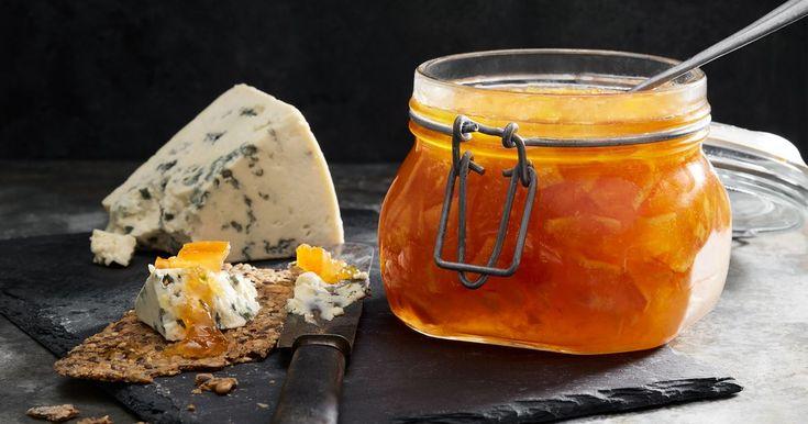 Lite sötsura toner i marmeladen är gott till både hårda och mjuka ostar på ostbrickan. Gör en extra burk och ta med på kalas, garanterat succé.