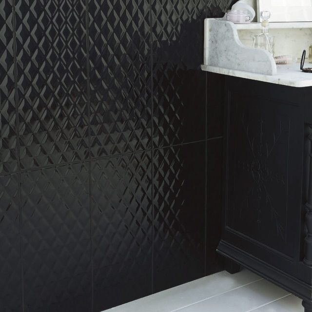Carrelage mural noir dcor chic x cm with carrelage noir for Carrelage salle de bain blanc brillant