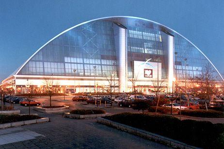 Snozone Milton Keynes indoor ski slopes are based in the Xscape building in central Milton Keynes.