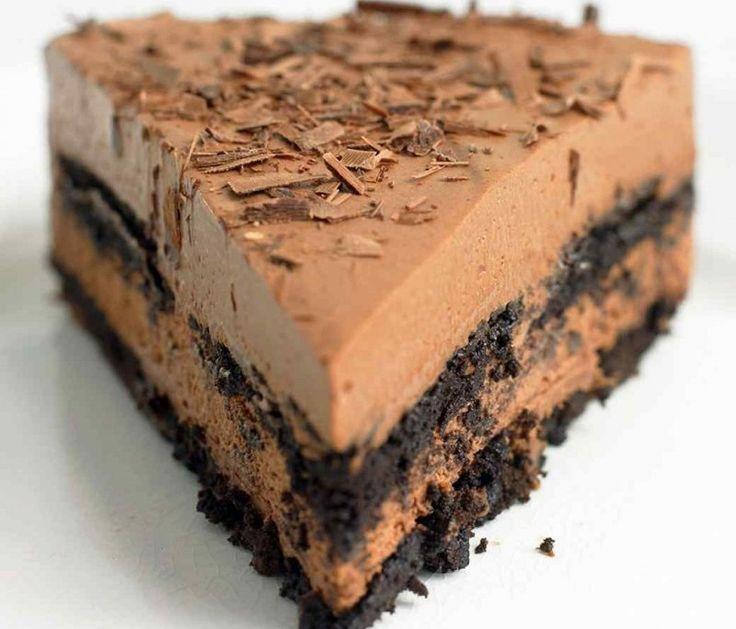 Εύκολο σοκολατένιο γλυκό ψυγείου με 4 υλικά!    Υλικά  400 γρ. σοκολάτα κουβερτούρας σε μικρά κομματάκια  850 γρ. τυρί ρικότα  3/4 φλ. τσαγιού κρέμα γάλακτος  40 μπισκότα σοκολάτας    Εκτέλεση    Βουτυρώνετε ένα στρογγυλό ταψάκι 23 εκ. και το στρώνετε με χαρτί ψησίματος  Λιώνετε σε μπεν
