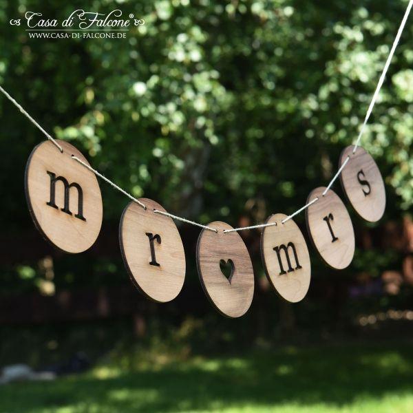 """Hochzeitsgirlande mr & mrs Edelholz: Rustikale Hochzeits-Girlande graviert aus edlem Holz. Die Buchstabengirlande mit """"mr - mrs"""" besteht aus einzelnen Holzscheiben ..."""
