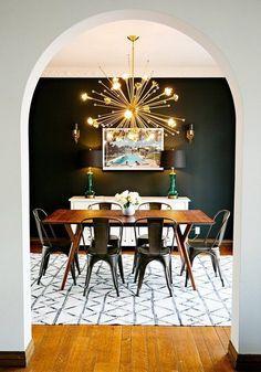 Il suffit d'une suspension dorée pour donner du panache à une simple table en bois et à des chaises basiques en acier.