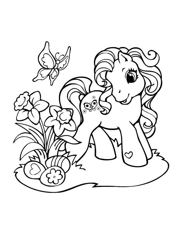 Petit poney sentant des fleurs
