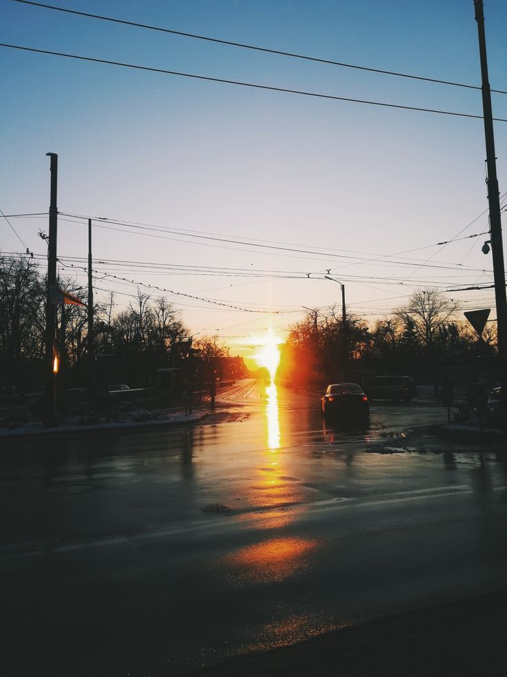 Snapped this picture on a cold Sunday walk while sipping mulled wine (best winter drink, I'm telling you)  #sunset #timisoara #romania #sundaywalk #mulledwine #queenb