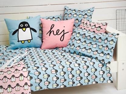 Fint grafiskt mönster med pigga pingviner pryder kuddar, påslakan och filtar till barnrummet. Who is first är designat av Karin Mannerstål för Mairo.