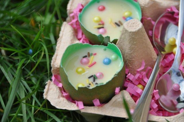 Une vue des petits pots de crème à la vanille dans des coquille d'œufs