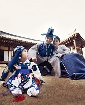 traditional #Hanbok family | #Korea | more info: http://en.wikipedia.org/wiki/List_of_Korean_clothing
