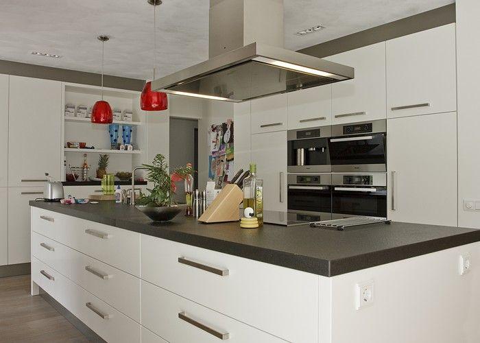 Moderne keuken met riant kookeiland