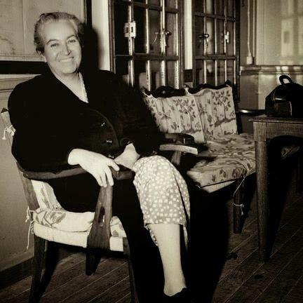 Gabriela Mistral. Poetisa chilena, primera latinoamericana en obtener el Premio Nobel de Literatura. Obras (que están en mi biblioteca): Desolación, Ternura, Tala, Lagar.