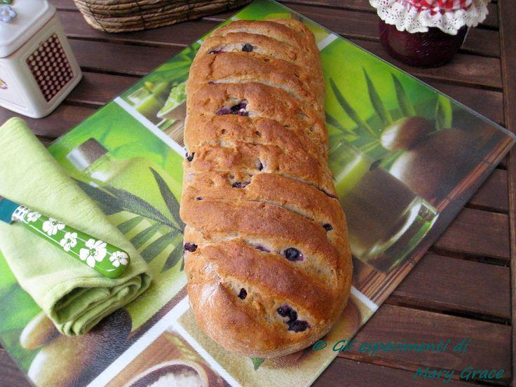 Gli esperimenti di Mary Grace: Pane dolce al grano saraceno con mirtilli e nocciole. Piove. Leggo, faccio il pesto... e sperimento.