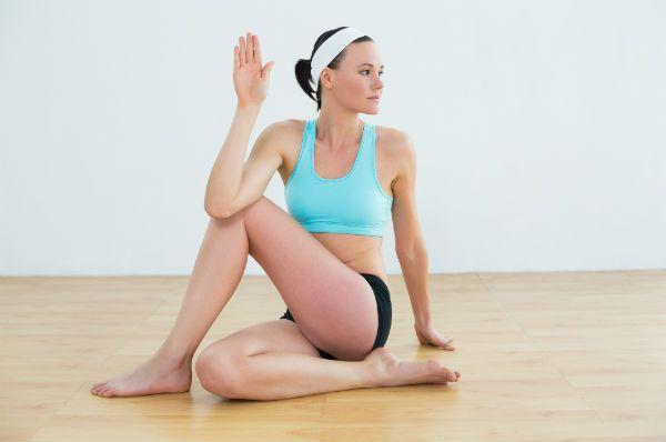 La posture :   assise, placée un pied contre votre fessier et l'autre devant le genou que vous repliez au sol.Posez une main sur le pied (opposé) situé devant vous. L'autre main sera placée à plat sur le sol...