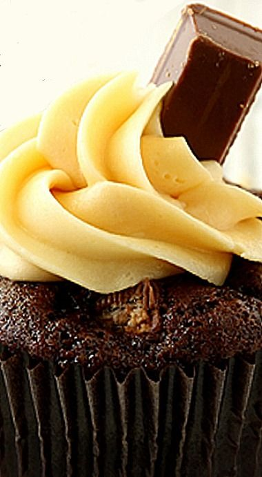 Kit Kat Cupcakes with Caramel Buttercream Frosting ❊