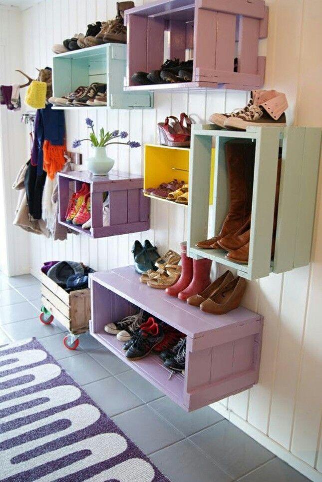 Groente en #fruitkratjes geverfd in verschillende #kleurtjes en aan de muur vast gemaakt. Naast schoenen kun je er ook nog andere items in stoppen.