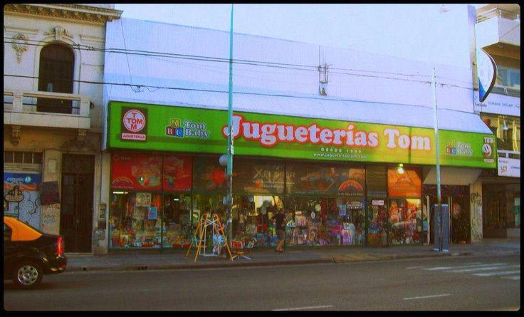 """30 - Jugueterías TOM.  Un emporio del juguete que atiende desde 1950 en Caballito, BSAS, aunque, desde hace unos 20 años, se fue transformando en una especie de """"Toy Supermarket""""."""