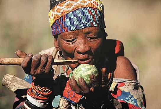 Антропологически отличаются от негроидов, поскольку имеют более светлую кожу, тонкие губы; относятся к так называемой капоидной расе. Представители этой народности имеют очень низкий рост, до 150 сантиметров. Кожа имеет красноватый оттенок, которая имеет склонность к преждевременному образованию морщин. Лицо имеет монголоидные черты. Особенность национальной кухни заключается в употреблении в еду «бушменского риса» — личинок муравьёв. Лакомством считается жареная саранча.