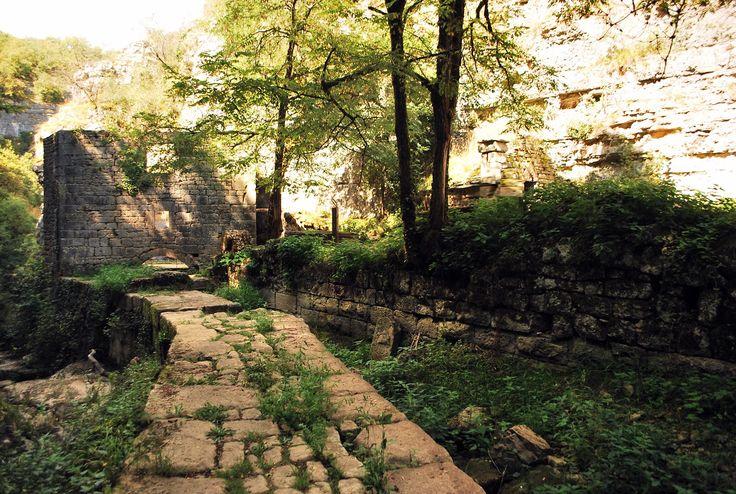 Au Moulin du saut de l'Ange, des pierres pour supporter la bâtisse !