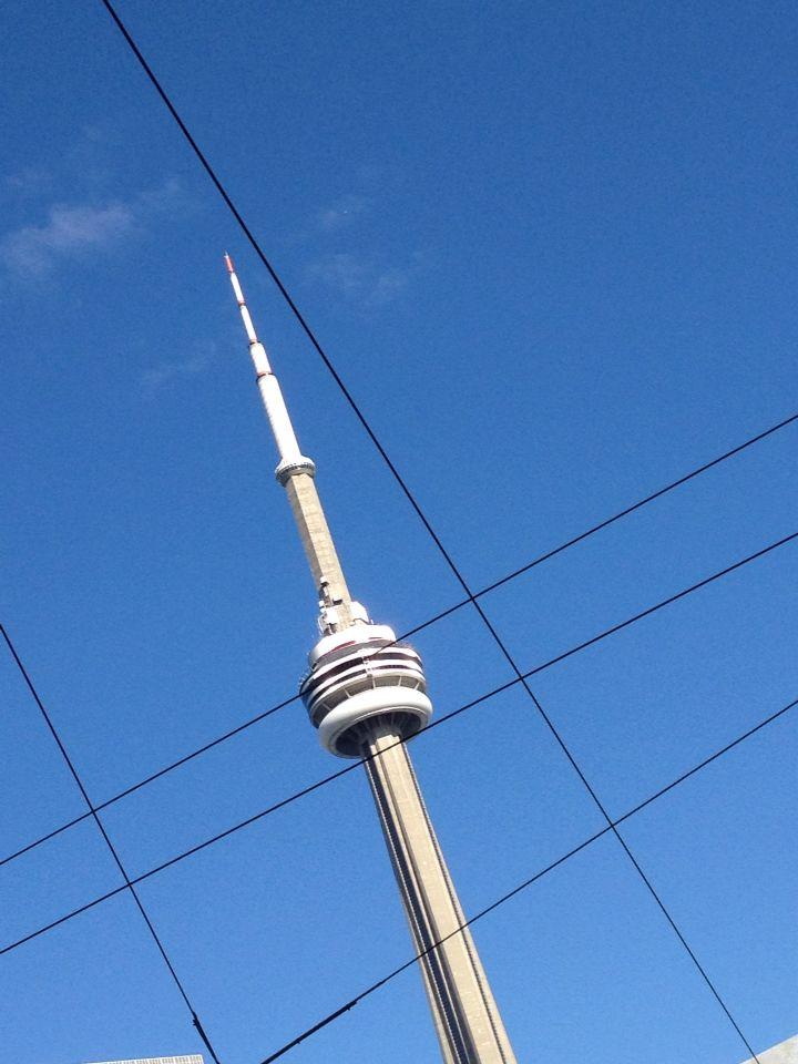 CN Tower between lines. Toronto, Canada. Photo by Rodrigo Velásquez Angel.