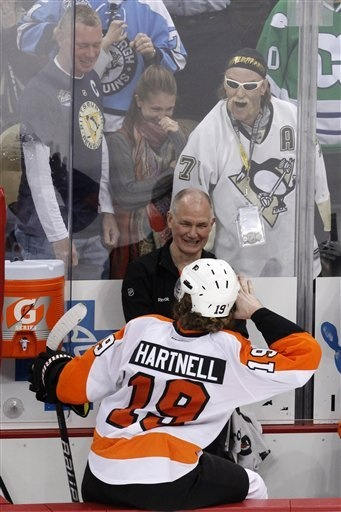 Philadelphia Flyers' Scott Hartnell mocks mini Hulk. #hulkamania