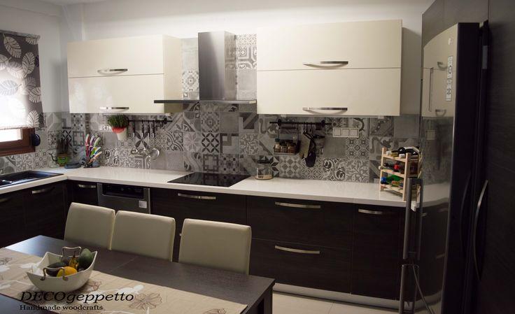 Άποψη κουζίνας , με τα κρεμαστά ερμάρια γυαλιστερής λευκής λάκας