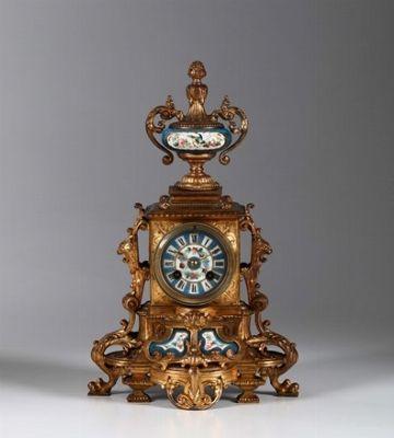 Pendola da tavolo in metallo dorato con inserti in porcellana dipinta, fine XIX secolo