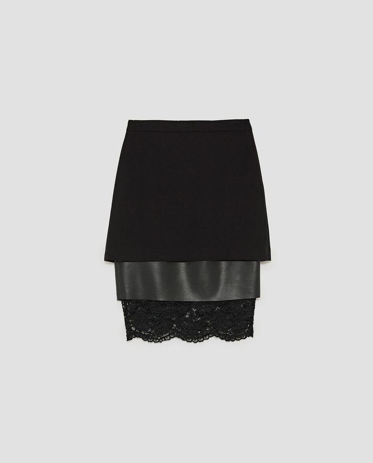 Falda recta de tiro medio con tejidos combinados. Bajo acabado en encaje a tono. Cierre lateral con cremallera oculta en costura.