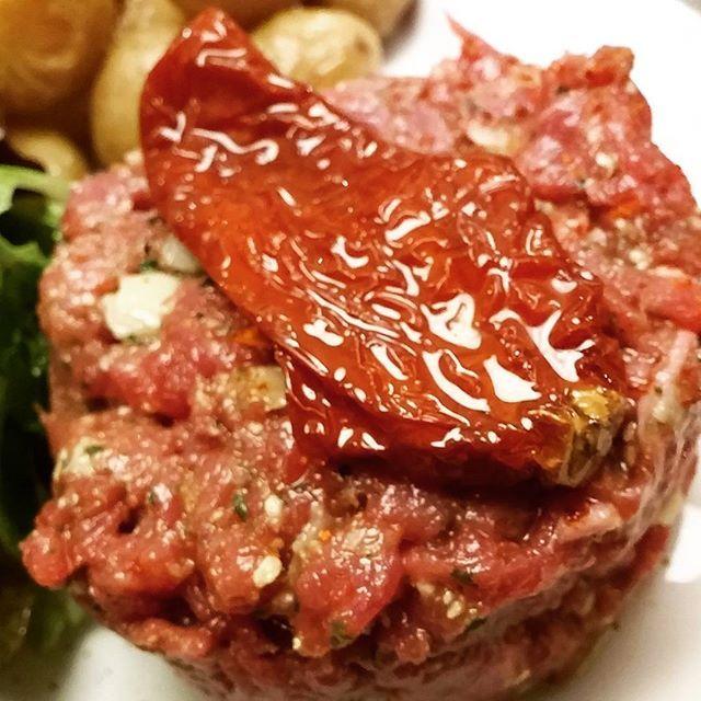 Parisグルメ② タルタルステーキという牛肉などのミンチに塩、胡椒、がーリュックなどを絡めたもの🍖 上にのっているのはドライトマト🍅ですがお店によって拘りがあるのだとか✨ この食べ物は、Parisでしか食べられない味だそうです🐮 ちなみに付け合わせはホクホクなポテトとワイン風なドレッシングがかかったサラダ🍅  #フランス #フランス旅行 #パリ #Paris #gourmet #グルメ #美食 #タルタルステーキ #肉 #meat #日本では食べられない #貴重な経験 #おすすめ