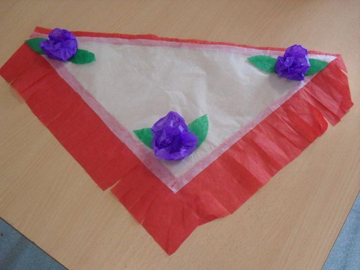 En este artículo os enseñamos a realizar un estupendo mantón de Feria con papel de seda. Una manualidad interesante para los niños.