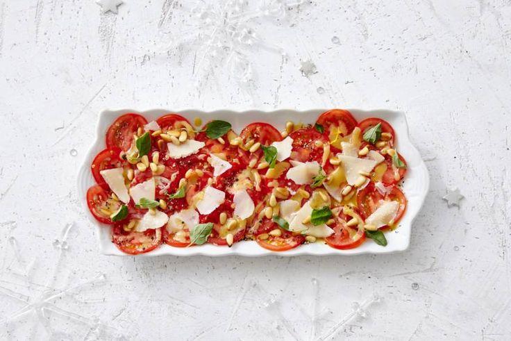 Kijk wat een lekker recept ik heb gevonden op Allerhande! Carpaccio van tomaat met parmezaan en pijnboompitten