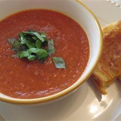 GEROOSTERDE TOMATENSOEP: 1 kilo (Roma) tomaten,3 eetl. (45 ml) olijfolie  4 teentjes knoflook, 1 liter kippenbouillon, hand verse basilicum, 1/2 eetl. balsamicoazijn - oven 190 C, leg de knoflook en halve tomaten op bakplaat, olie en zout en peper erover, bak 1 uur in oven, pureer  knoflookteentjes met tomaten, voeg de bouillon, basilicum en azijn toe en pureer tot een gladde massa, breng op smaak met peper en zout.