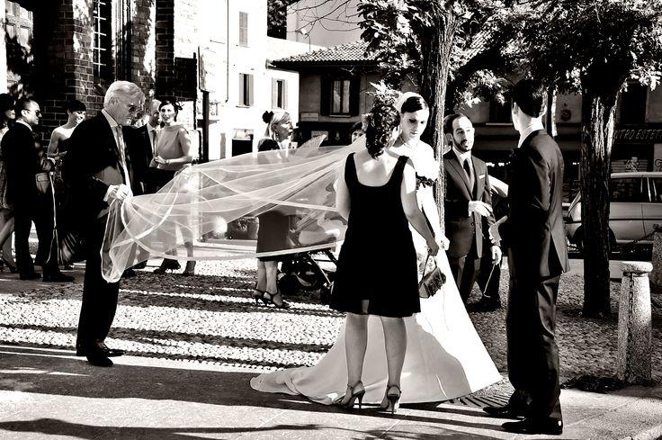 Boutique della Fotografia Fotografo di Matrimoni a Milano -Fuori dalla Chiesa, il padre regge il velo prima che la figlia si sposi....