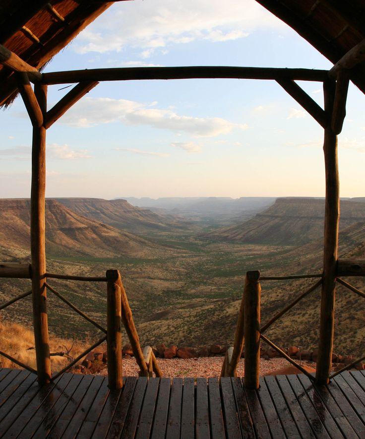Vue de l'hôtel sur les paysages incroyables du Damaraland en Namibie #Afrique #ChevaldAventure