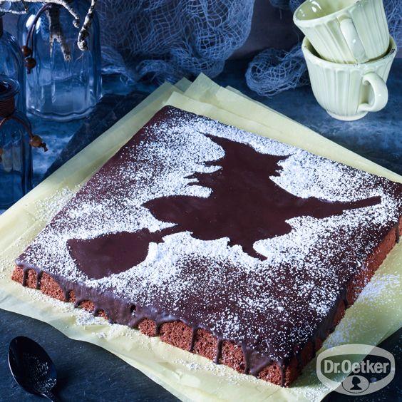 Bananenkuchen mit Halloween-Hexe: Bananenkuchen auf dem Blech gebacken mit Hexendekoration