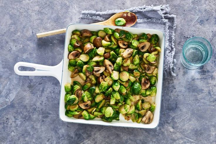 16 november 2017 - Spruitjes in de bonus. Je kunt ze koken, maar stoven in de oven samen met champignons is óók heel lekker - Recept - Allerhande