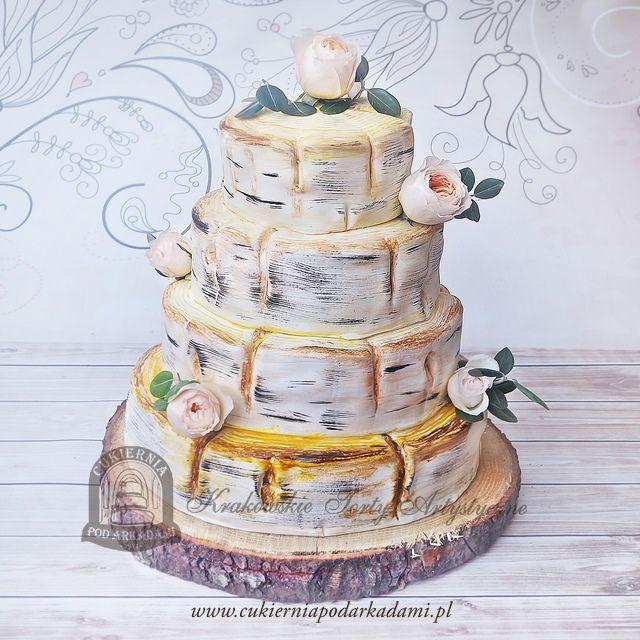 11BW Tort weselny brzozowe pnie i żywe róże. Tree trunk wedding cake with flower accents.