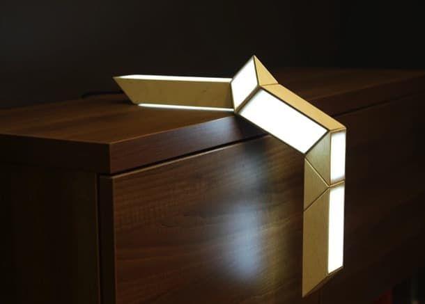 5+5: lámpara LED que se transforma. 5+5 es una lámpara transformable compuesta por 7 elementos que pueden girar, adquiriendo el conjunto múltiples formas, como la serpiente de Rubik, Se fabrica con madera contrachapada, y plexiglás. La fuente de luz es de tecnología LED. Por su versatilidad, puede utilizarse de muchas maneras, como lámpara de mesa, pared, e incluso colgarse del techo.  #Iluminación, #Vídeos
