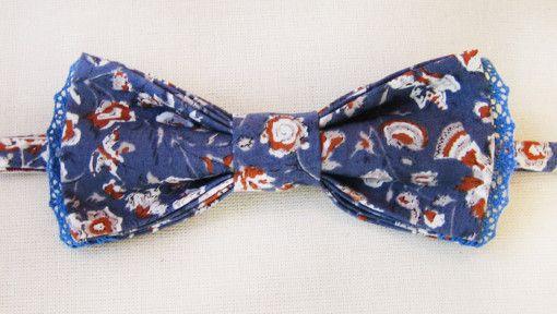Галстук-бабочка. Синий цветочный принт. Синее кружево. (Bowtie. Blue floral print. Blue lace.)