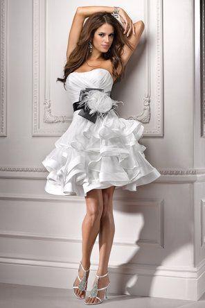 7 ЛЕТНИХ СВАДЕБНЫХ ИДЕЙ Лето – самая популярная пора для свадебЛето нас радует обилием цветов, фруктов и солнечного тепла☀️7 вещей, которые будут уместны и даже желанны на летней свадьбе  1.  Для невест, которые предпочитают легкость и непринужденность в своем образе, хорошо подойдет короткое или кружевное свадебное платье  #идеидлясвадьбылетом #свадьбалетом #свадьбавкрыму #свадьбадекор #wedsy #вдохнохновение #wedding #weddinginspirstion