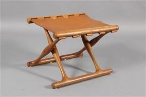 Poul Hundevad. ´Guldhøjstolen´  taburet med stel af egetræ, sæde af udspændt cognacfarvet kraftig læder. Udført hos Poul…