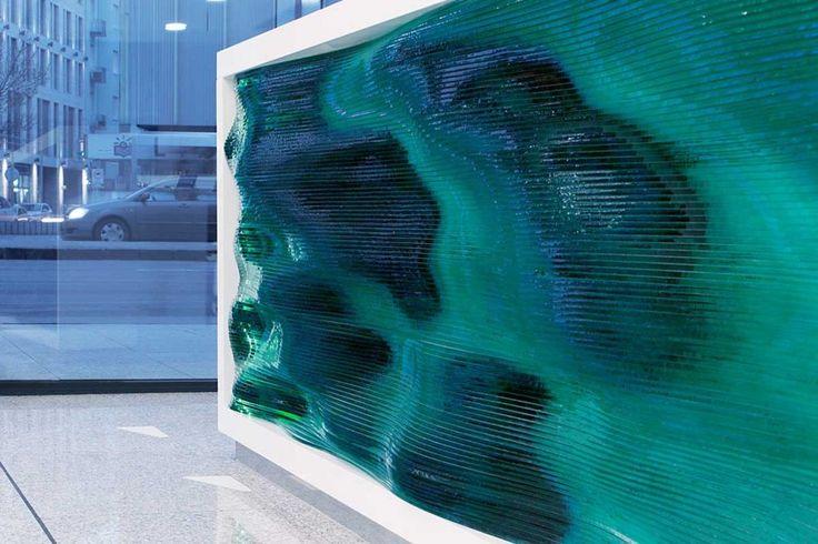 Recepção de edifício na Hungria ganha balcão esculpido com múltiplas camadas de vidro que criam a noção de tridimensionalidade.  Reconhecido por suas esculturas de vidro com efeitos prismáticos, o designer húngaro Tamás Abel projetou um interessante balcão de atendimento para a recepção de um edifício comercial em Budapeste, Hungria. Para o trabalho, o artista …
