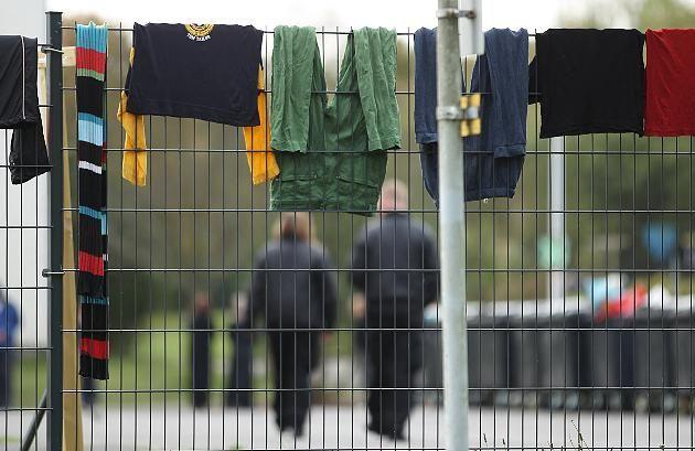 Was passiert mit Flüchtlingen, die in der Vergangenheit Behörden getäuscht haben? http://www.focus.de/politik/deutschland/gesetzentwurf-von-de-maiziere-was-passiert-mit-fluechtlingen-die-betrogen-haben-vages-bleiberecht-stiftet-verwirrung_id_4558389.html