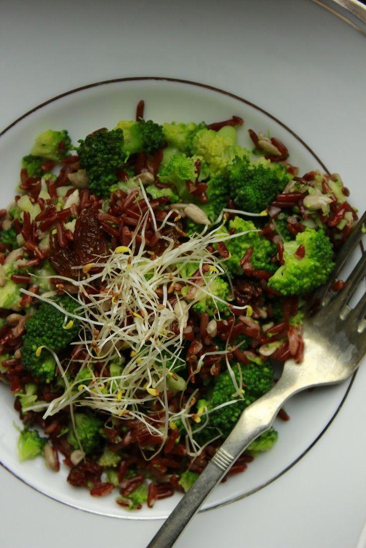 Brokolicový salát s rýží a avokádovým dresingem