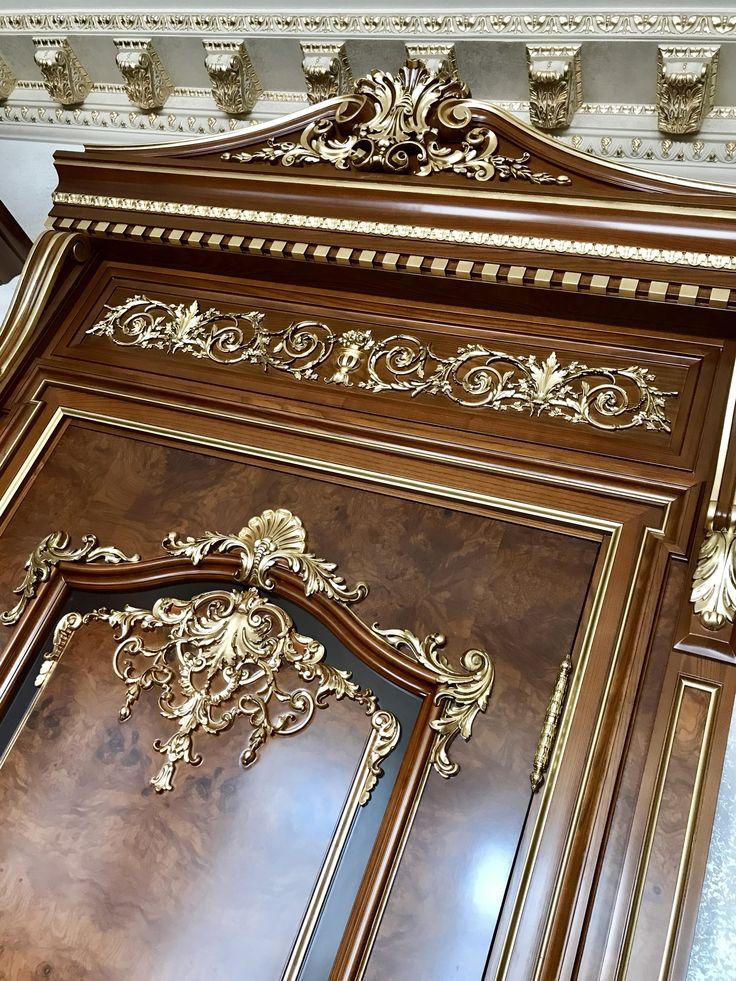 Дверь с резным порталом. В изготовлении применен шпон корень ясень. Изготовление дверей по индивидуальному проекту.