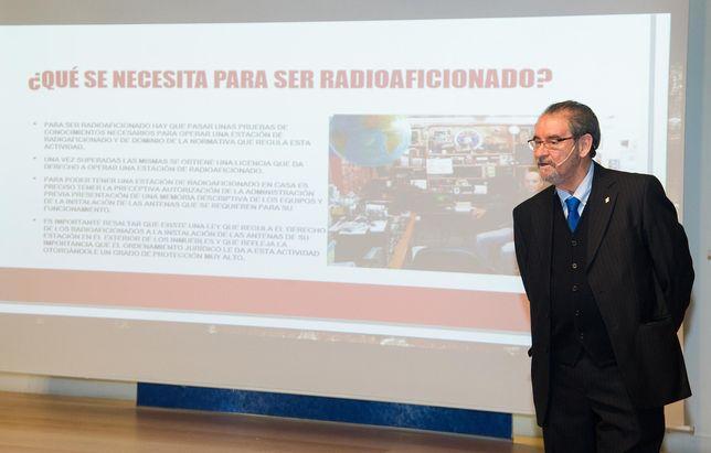 """El empresario e inventor burgalés Inocencio Bocanegra considera que la radioafición """"está más viva que nunca"""" y no es algo del pasado ni de otros tiempos. Una realidad que hace que, como él, muchas..."""