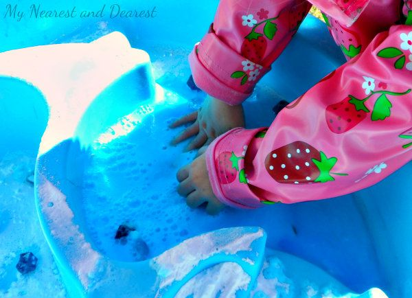 Vinegar and baking soda sensory activity in the water table