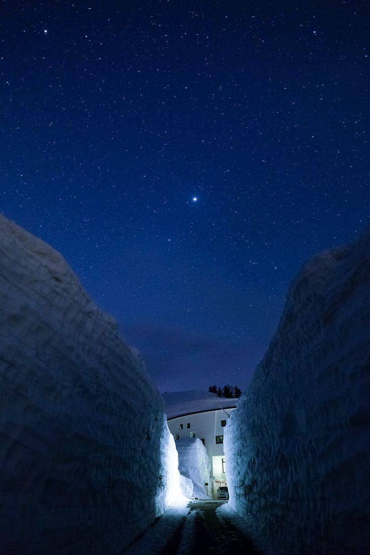 立山黒部アルペンルートの、弥陀ヶ原へ。5メートル以上の残雪と見渡す限りの雪渓が広がる。
