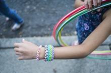 Le bracelet en élastique Rainbow Loom, la nouvelle tendance chez nos enfants! - Femmes d'Aujourd'hui