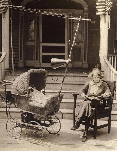 Il passeggino-radio   Il passeggino dotato di radio è stato pensato per tenere i bambini tranquilli: ha anche l'antenna e l'altoparlante! Siamo nel 1921.
