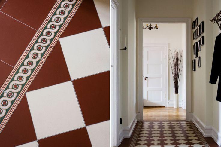 """Victorian floor tiles """"Flensburg"""" with border """"Telford"""": http://www.byggfabriken.com/sortiment/kakel-och-klinker/golvplattor-och-moenster/info/produkter/321-100-victorian-tiles-flensburg/  http://www.byggfabriken.com/sortiment/kakel-och-klinker/monsterplattor/info/produkter/321-921-telford-border-green/"""